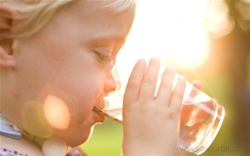 Igyunk minél több folyadékot, ha lehet akkor vizet.